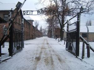 640px-Auschwitz_I_entrance_snow